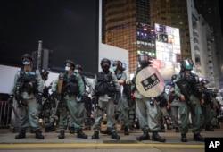 Polisi anti huru hara Hong Kong berjaga saat berlangsungnya aksi protes di Causeway Bay, Hong Kong, Jumat, 12 Juni 2020.