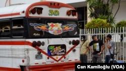 ABD'nin Latin Amerikan toplu taşımacılığına kazandırdığı eski okul servis otobüslerini bile Barcelona'nın renklerine boyamış fanatikler.