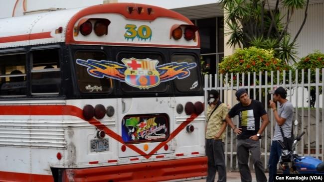 ABD'nin Latin Amerikan toplu taşımacılığına kazandırdığı eski okul servis otobüsleri ni bile Barcelona'nın renklerine boyamış fanatikler.