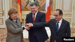 Từ trái: Thủ tướng Đức Angela Merkel, Tổng thống Ukraine Petro Poroshenko, và Tổng thống Pháp Francois Hollande, trong cuộc họp về kế hoạch mới tái lập hòa bình cho Ukraine, 5/2/15