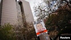 Плакат с требованием признать Дерека Шовина виновным в убийстве Джорджа Флойда был установлен рядом со зданием администрации округа Хеннепин в штате Миннесота, 20 апреля 2021 года