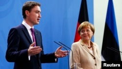 German Chancellor Angela Merkel (R) and Estonia's Prime Minister Taavi Roivas attend a news conference after talks at the Chancellery in Berlin, June 20, 2014.