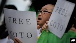 Người biểu tình cầm biểu ngữ kêu gọi tự do cho nhà báo Goto trước tư gia của Thủ tướng Nhật Shinzo Abe ở Tokyo, ngày 27/1/2015.