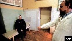 Россия. Заключенный-туберкулезник на приеме у тюремного врача (архивное фото)