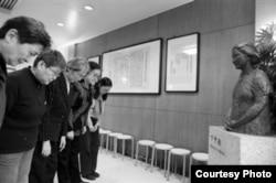 当年红卫兵宋彬彬(中)和其他红卫兵一起在卞仲耘的半身像前洒泪鞠躬。(取自共识网)