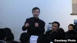 北大法学院教授贺卫方(站立)参加中国维权律师现状的研讨会(网络图片)