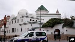 Sebuah mobil polisi melewati Masjid Raya di Paris, Perancis, 15 Maret 2019.