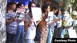 上海访民星期一在高院外举牌抗议法官集体嫖娼和司法腐败(图片来源:民生观察网)