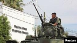 """Miembros del ejército custodian el Servicio Médico Forense después del arribo del cuerpo de Francisco Javier Zazueta Rosales, alias """"El Chimal""""."""