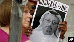 Abanyagihugu berekana icapa ca Jamal Khashoggi mu myiyerekano yabereye kuri Ambasade ya Arabiya Sawudite i Washington, basaba kumenya aho umumenyeshamakuru Jamal Khashoggi yagiye, itariki 10/10/2018.