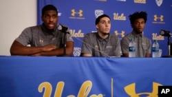 Pebasket UCLA Cody Riley (kiri) membacakan pernyataannya bersama LiAngelo Ball (tengah) dan Jalen Hill dalam konferensi pers di UCLA, Los Angeles, 15 November 2017.