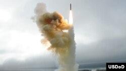 미국 캘리포니아주 반덴버그 공군 기지에서 실시한 지대공 요격 미사일 시험. (자료사진)