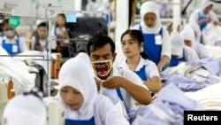 Seorang pekerja sedang menjahit celana di pabrik garmen PT Trisula Garmindo Manufacturing di Bandung, Jawa Barat, 17 September 2013. (Foto: Reuters)