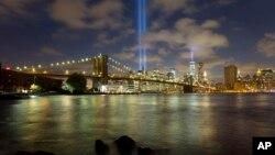 ភ្លើងហ្វារំឭកខួប Tribute in Light ត្រូវគេបញ្ចាំងនៅទីក្រុងញូវយ៉ក និងអាចត្រូវគេមើលឃើញពីចម្ងាយ ដូចជាពីតំបន់ស្ពាន Brooklyn Bridge កាលពីយប់ថ្ងៃទី១០ ខែកញ្ញា ឆ្នាំ២០១៤។