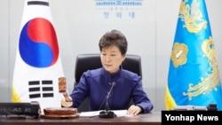 박근혜 한국 대통령이 7일 북한의 장거리 로켓 발사와 관련, 청와대에서 긴급 국가안전보장회의(NSC)를 주재하고 있다.