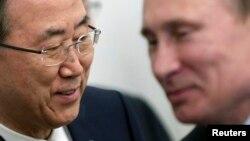 ເລຂາທິການໃຫຍ່ສະ ຫະປະຊາຊາດ ທ່ານພັນ ກິມູນ (ຊ້າຍ) ແລະທ່ານ Vladimir Putin ປະທານາທິບໍດີຣັດເຊຍ ຍິ້ມຫົວນໍາກັນ ໃນຂະນະທີ່ພວກທ່ານ ພົບປະກັນ ທີ່ບ້ານພັກຮັບຮອງແຂກລັດຖະບານ ຄະລືຫາດ Bocharov Ruchei ຢູ່ເມືອງຕາກອກາດ Sochi ແຄມທະເລດໍາ ໃນວັນທີ 17 ພຶດສະພາ 2013.