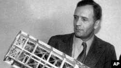 천문학자 에드윈 허블이 200인치 천체망원경 모형을 보고 있다.