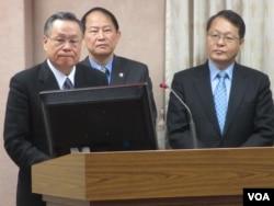 台湾国防部长严明上将(左一)本周三在立法院接受质询(美国之音张永泰拍摄)