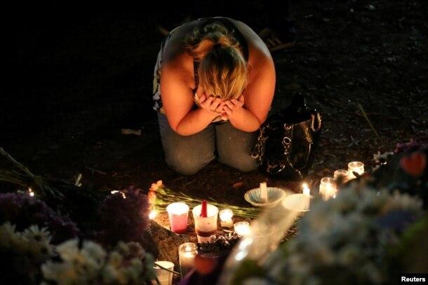 Một phụ nữ bày tỏ sự thương tiếc khi cô tham gia buổi lễ cầu nguyện cho các nạn nhân trong vụ xả súng hộp đêm Pulse.