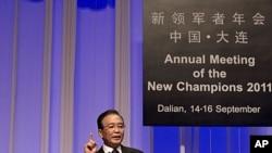图为中国总理温家宝9月14日在大连举行的世界经济论坛会议上讲话