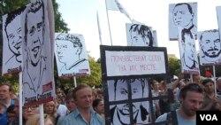 2011年末到2012年春季俄羅斯全國爆發反普京示威後,越來越多的活動人士被捕,政治犯問題開始被關注。 2012年7月莫斯科市中心的一場集會上,示威者手舉政治犯畫像,要求釋放被捕活動人士。