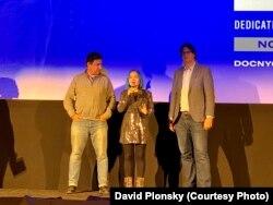 Đạo diễn Joe Piscatella (trái) và Mai Khôi (giữa) trên sân khấu tại buổi ra mắt bộ phim tài liệu Mai Khoi & The Dissidents ở liên hoan phim DOC NYC ở New York hôm 13/11. (Ảnh David Plonsky)