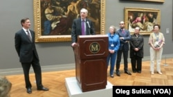 Кит Кристиансен с группой кураторов Музея Метрополитен.