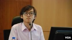 辯論主持人、香港中文大學學生會會長張秀賢 (美國之音湯惠芸拍攝)