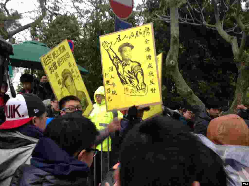 香港大學罷課學生和一些民間團體在港大校委會會場外抗議(美國之音海彥拍攝)