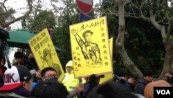 港大罢课学生在校委会例会外抗议