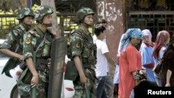 Cảnh sát võ trang canh phòng sau vụ bạo loan ở Tân Cương hồi tháng 6