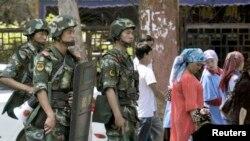 سنکیانگ کے بڑے شہروں میں عموماً سکیورٹی کے سخت انتظامات دیکھنے میں آتے ہیں (فائل)