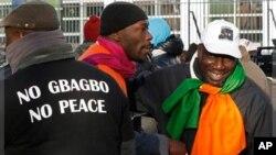 Des partisans de Laurent Gbagbo manifestent devant la CPI (10 déc. 2011)