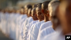 Hundreds of Buddhist nuns wait in line at the Royal Palace to pay their respects to the late former Cambodian King Norodom Sihanouk in Phnom Penh, file photo.