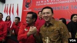 Basuki Tjahaja Purnama (Ahok/kanan) dan Djarot Saiful Hidayat (Djarot) di kantor DPP PDI Perjuangan Jakarta Selasa 20 September 2016 (Foto: VOA/Andylala).