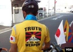 仁波雅克穿著的單車衫背面印上「真相是我們唯一的武器(Truth is our only Weapon)」