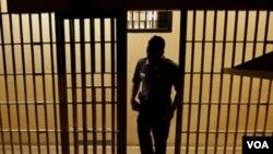Errores permitieron que un recluso permanezca en prisión por tres años más del que originalmente debió estar.