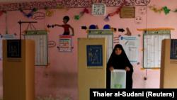 Una mujer iraquí acude a un centro de votación durante las elecciones parlamentarias para renovar el Parlamento en Bagdad, Irak, el 12 de mayo de 2018. REUTERS/Thaier al-Sudani