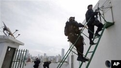 Cảnh sát đặc nhiệm giữ an ninh từ trên mái của một tòa nhà ở Cartagena, Colombia, ngày 12 tháng 4, 2012.