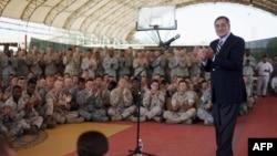 Bộ trưởng Quốc phòng Mỹ Leon Panetta nói chuyện với quân đội Hoa Kỳ tại trại Lemonnier ở Djibouti, 13/12/2011