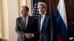3月14日美国国务卿克里在伦敦与俄罗斯外长拉夫罗夫会晤前握手合影