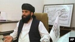 طالبان رہنما سہیل شاہین کی ایک فائل تصویر۔ یہ تصویر 2001ء میں اس وقت لی گئی تھی جب وہ پاکستان میں طالبان کے نائب سفیر کے طور پر خدمات انجام دے رہے تھے۔