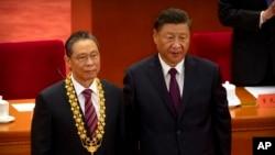 Presiden China Xi Jinping, kanan, berdiri bersama ahli medis China Zhong Nanshan setelah memberinya medali di sebuah acara untuk menghormati beberapa dari mereka yang terlibat dalam perang China melawan Covid-19 di Aula Besar Rakyat di Beijing, 8 September, 2020. (Foto: AP)