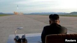 Tư liệu - Lãnh tụ Triều Tiên Kim Jong Un theo dõi vụ phóng phi đạn Hwasong-12 trong một bức hình không đề ngày tháng do Thông tấn xã Trung ương Triều Tiên (KCNA) cung cấp.