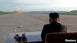朝鲜中央通讯社(KCNA)发布的这张未注明日期的照片显示朝鲜领导人金正恩观看朝鲜发射火星12弹道导弹。