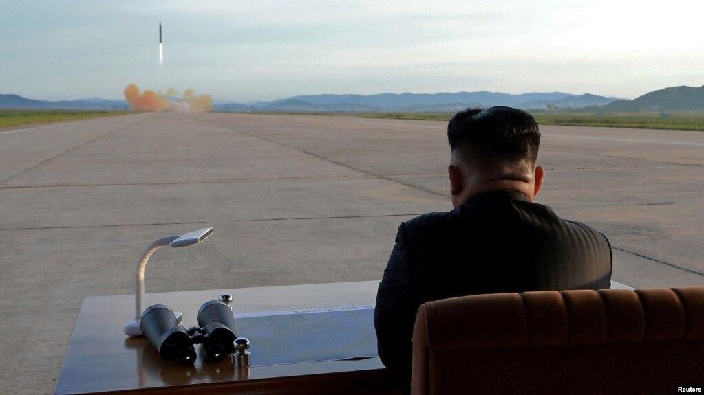 Lãnh tụ Triều Tiên Kim Jong Un quan sát việc phóng phi đạn Hwasong-12. Ảnh do hãng tin Triều Tiên KCNA công bố ngày 18/9/2017.
