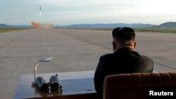 Kim Jong observant le lancement d'un missile Hwasong-12. Photo publiée par l'Agence de presse de Corée du Nord (KCNA) le 16 septembre 2017.