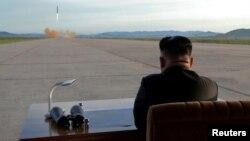عکس آرشیوی از نظارت کیم جونگ اون رهبر کره شمالی بر عملیات آزمایش موشکی - سپتامبر ۲۰۱۶