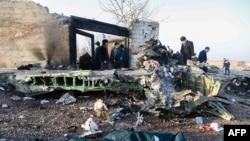 Kepingan pesawat jet penumpang Boeing Ukraina yang jatuh dekat bandara Imam Khomeini, Teheran, Iran, 8 Januari 2020. (Foto: dok).