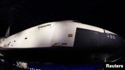 """Pesawat ulang alik pertama Amerika """"Enterprise"""" dipamerkan di anjungan pesawat antariksa Museum Kelautan, Dirgantara dan Antariksa """"Intrepid"""", New York (18/7)."""